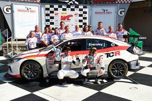 Il team RealTime Racing festeggia il titolo di Ryan Eversley