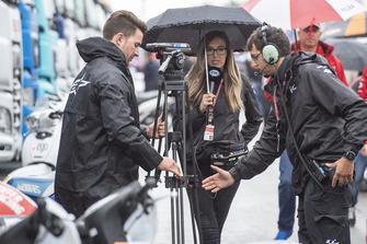 Des journalistes sous la pluie
