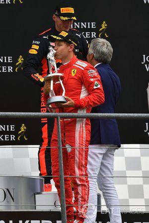 Sebastian Vettel, Ferrari, festeggia sul podio con il trofeo