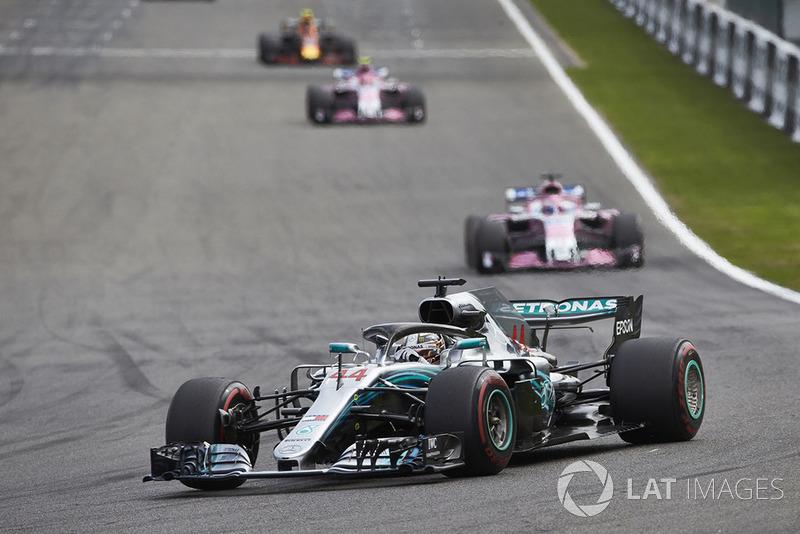 Lewis Hamilton, Mercedes AMG F1 W09, y Sergio Perez, Racing Point Force India VJM11
