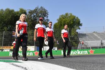 Charles Leclerc, Alfa Romeo Sauber F1 Team ve Ruth Buscombe, Alfa Romeo Sauber F1 Team Yarış Stratejisti pist yürüyüşü