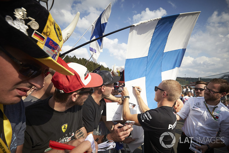 Valtteri Bottas, Mercedes AMG F1, memberi tanda tangan kepada fans