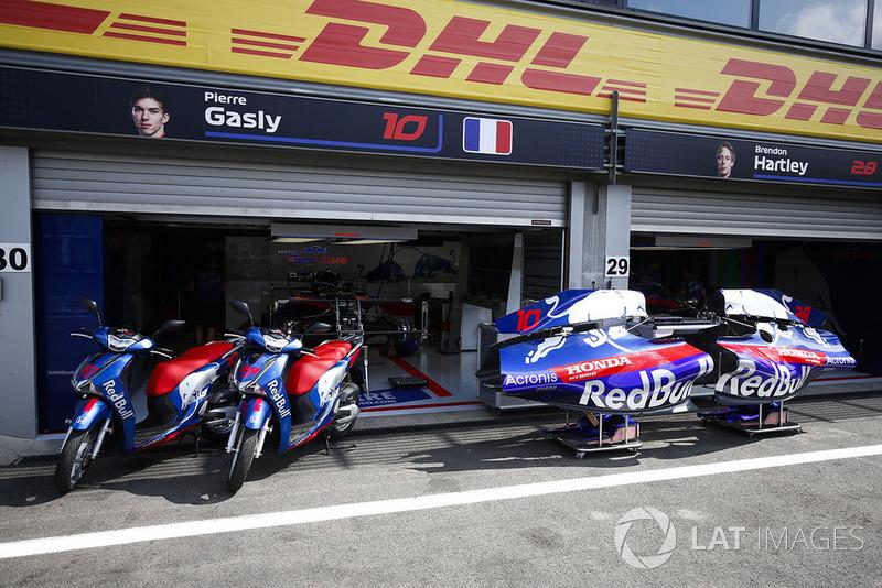 Des scooters Honda devant le garage Toro Rosso