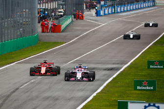 Sergio Perez, Racing Point Force India VJM11, met Sebastian Vettel, Ferrari SF71H
