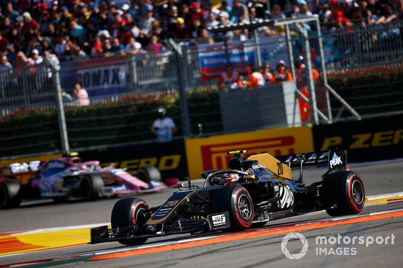 Kevin Magnussen, Haas F1 Team VF-19, precede Lance Stroll, Racing Point RP19