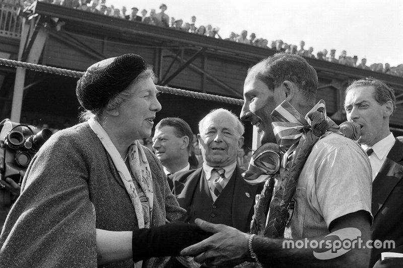 Stirling Moss, Vanwall; Mirabel Topham, Earl Howe