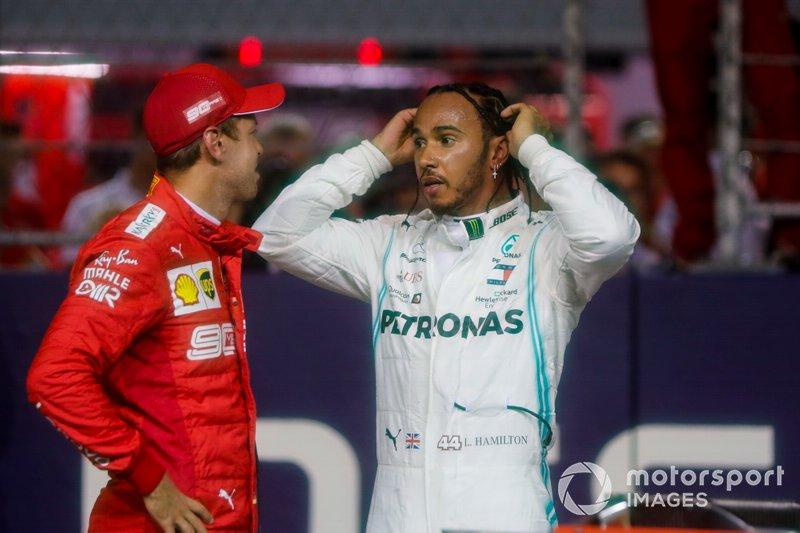 Sebastian Vettel, Ferrari, parla con Lewis Hamilton, Mercedes AMG F1