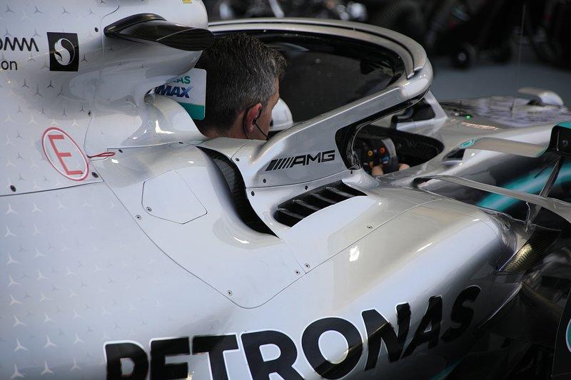 Mercedes AMG F1 W10, dettaglio del cockpit
