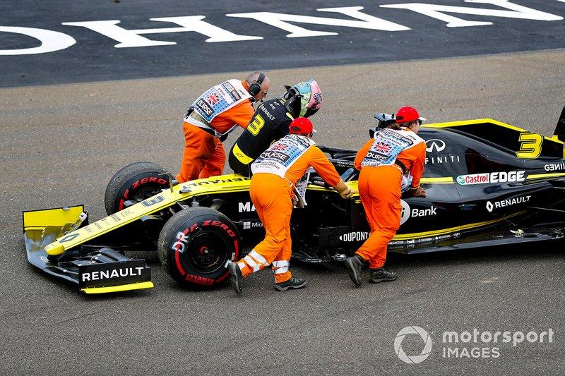 Los comisarios ayudan a Daniel Ricciardo, Renault F1 Team R.S.19, tras un fallo del coche