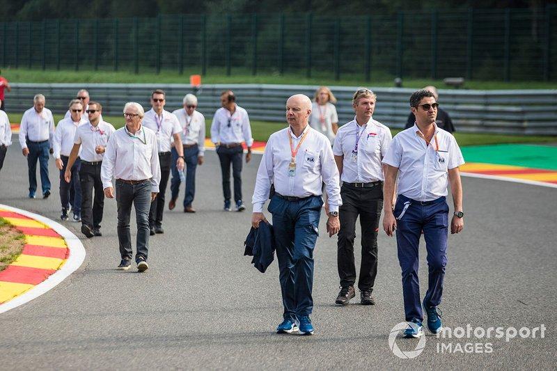 El personal de la FIA camina por la pista, incluyendo a Michael Masi, Director de Carrera.