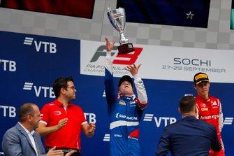 Prema-baas Rene Rosin Robert Shwartzman, PREMA Racing en winnaar Marcus Armstrong, PREMA Racing
