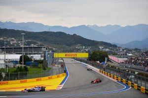 Sergio Perez, Racing Point RP19, devant Charles Leclerc, Ferrari SF90