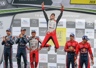 Podio: I vincitori Ott Tänak, Martin Järveoja, Toyota Gazoo Racing WRT Toyota Yaris WRC, secondo classificato Thierry Neuville, Nicolas Gilsoul, Hyundai Motorsport Hyundai i20 Coupe WRC, terzo classificato Sébastien Ogier, Julien Ingrassia, Citroën World Rally Team Citroen C3 WRC