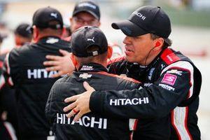 Josef Newgarden, Team Penske Chevrolet, miembros de la tripulación celebran la victoria en el campeonato NTT IndyCar