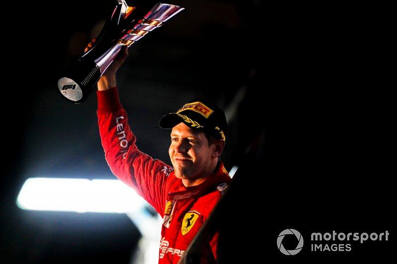 Il vincitore della gara Sebastian Vettel, Ferrari, con il suo trofeo