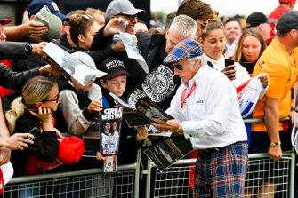 Sir Jackie Stewart, drievoudig F1-kampioen zet een handtekening