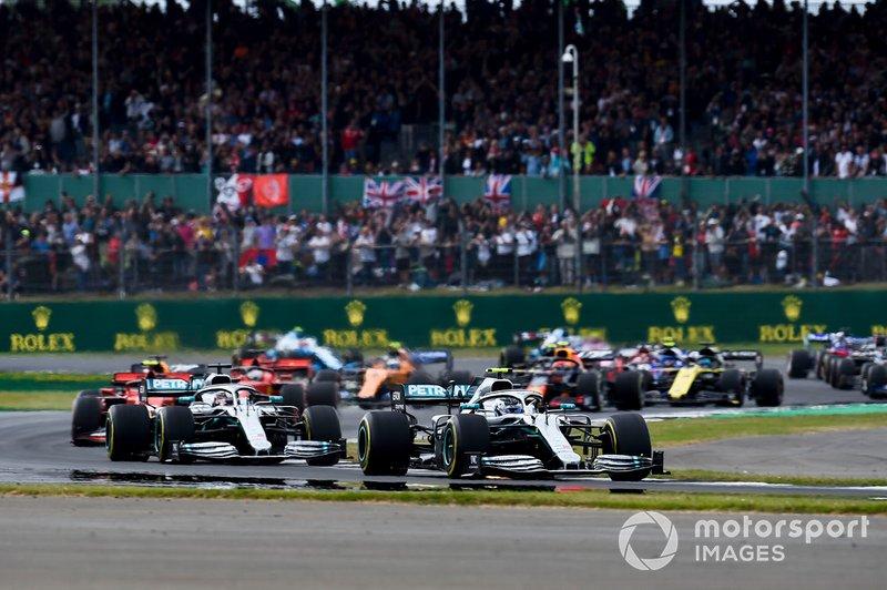 Valtteri Bottas, Mercedes AMG W10 precede Valtteri Bottas, Mercedes AMG W10, alla partenza della gara
