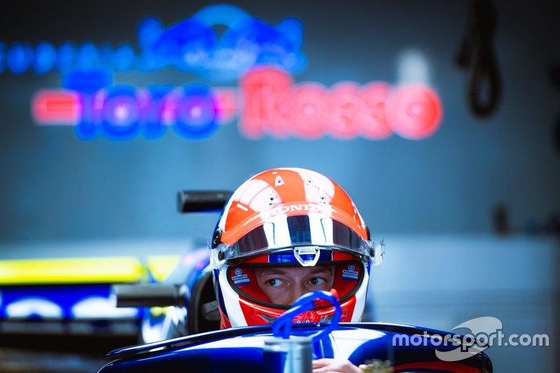 Даниил Квят в боксах Toro Rosso
