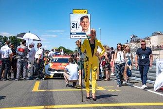 Grid girl, Shelton van der Linde, BMW Team RBM, BMW M4 DTM