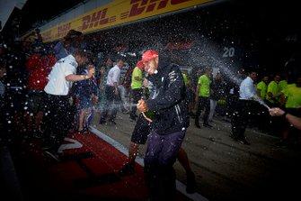 Lewis Hamilton, Mercedes AMG F1 celebra con el equipo Mercedes