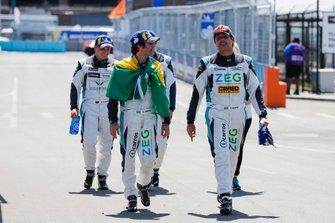 Il vincitore della gara Sérgio Jimenez, Jaguar Brazil Racing con il compagno di squadra Cacá Bueno, Jaguar Brazil Racing, seconda posizione, Simon Evans, Team Asia New Zealand, terza posizione