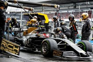 Kevin Magnussen, Haas F1 Team VF-19 pit stop