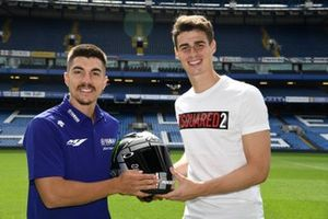 Maverick Viñales (Yamaha) regala un casco al portiere del Chelsea Kepa Arrizabalaga