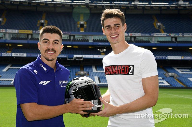Maverick Viñales (Yamaha) da un casco al portero del Chelsea, Kepa Arrizabalaga