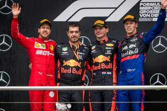 Sebastian Vettel, Ferrari, 2e plaats, Guillaume Rocquelin, Head of Race Engineering, Red Bull Racing, Max Verstappen, Red Bull Racing, 1e plaats, en Daniil Kvyat, Toro Rosso, 3e plaats
