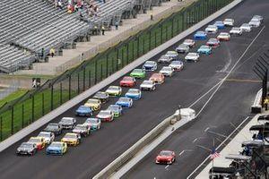 Kevin Harvick, Stewart-Haas Racing, Ford Mustang Mobil 1 and Paul Menard, Wood Brothers Racing, Ford Mustang Menards / Dutch Boy