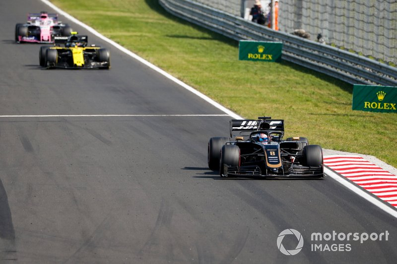 Romain Grosjean, Haas F1 Team VF-19, devant Nico Hulkenberg, Renault F1 Team R.S. 19, et Sergio Perez, Racing Point RP19