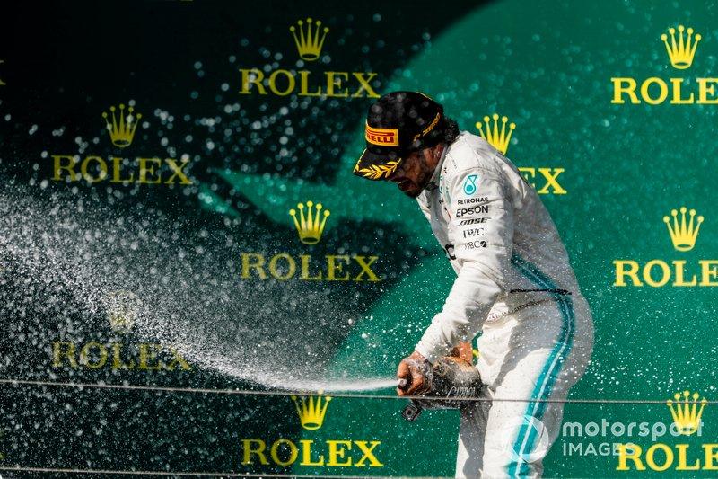 Il primo classificato Lewis Hamilton, Mercedes AMG F1, spruzza champagne
