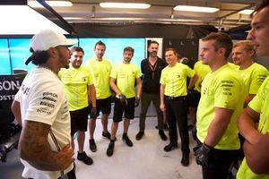 Il primo classificato Lewis Hamilton, Mercedes AMG F1, e il team Mercedes festeggiano la vittoria