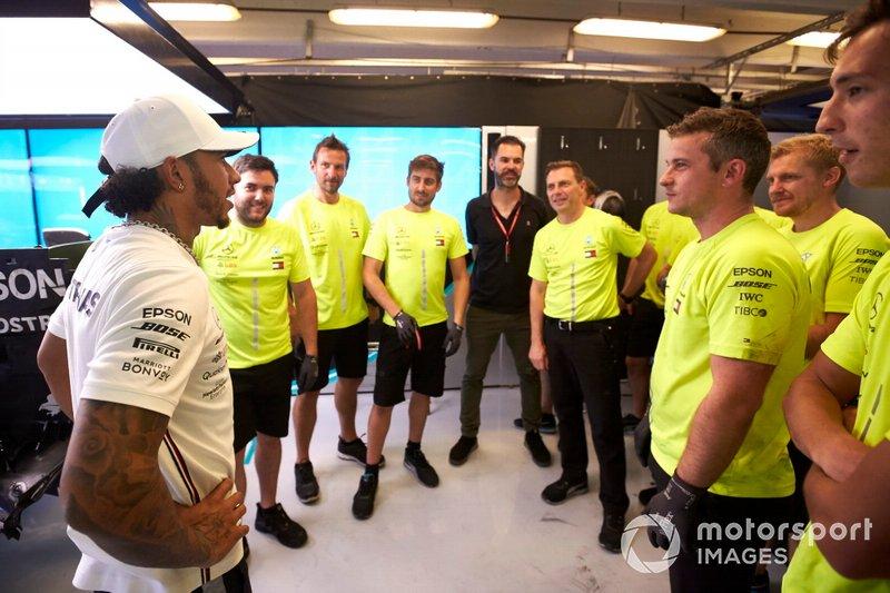 Ganador Lewis Hamilton, Mercedes AMG F1 celebra con el equipo Mercedes