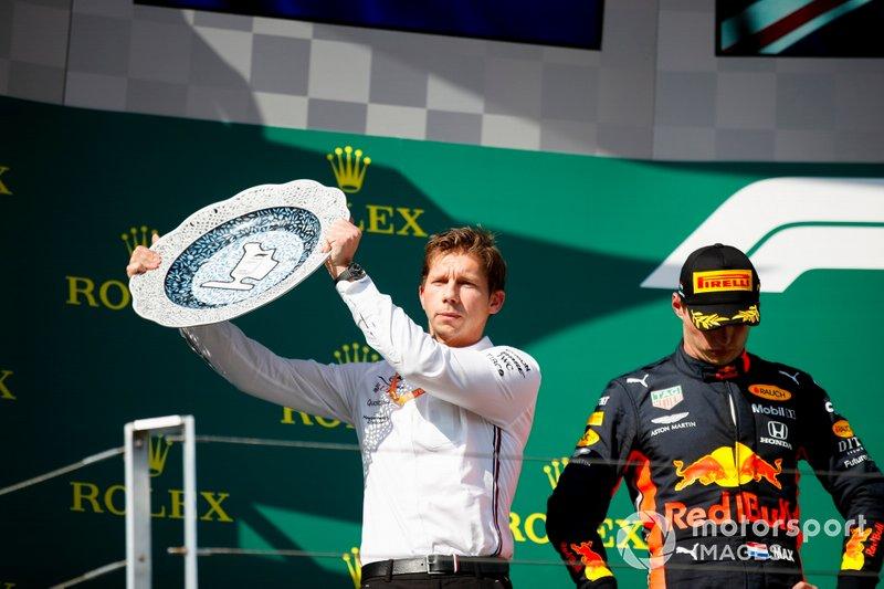 James Vowles, diretor de estratégia da Mercedes, levanta troféu dos construtores