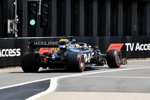 Romain Grosjean, Haas F1 Team VF-19, quitte les stands
