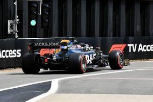 Romain Grosjean, Haas F1 Team VF-19, deja los pits