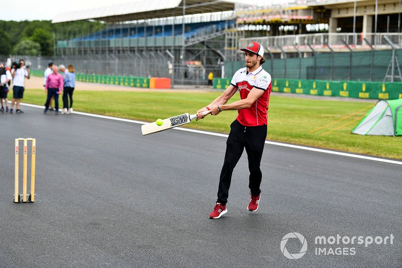 Antonio Giovinazzi, Alfa Romeo Racing playing cricket