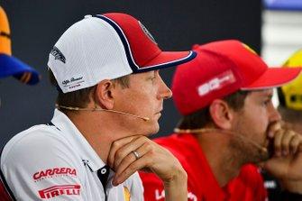 Kimi Raikkonen, Alfa Romeo Racing y Sebastian Vettel, Ferrari en la conferencia de prensa
