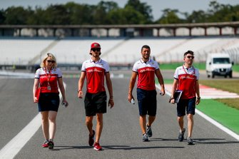 Antonio Giovinazzi, Alfa Romeo Racing recorre la pista con sus mecánicos