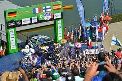 Podium: winnaars Jari-Matti Latvala, Miikka Anttila, Volkswagen Polo WRC, Volkswagen Motorsport, twe