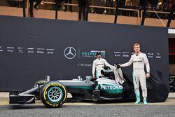 Nico Rosberg, Mercedes AMG F1 Team, und Lewis Hamilton, Mercedes AMG F1 Team, enthüllen den Mercedes