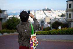 Un turista toma una fotografía de la ciudad de San Francisco en Lombard Street