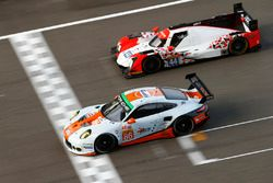 #86 Gulf Racing Porsche 911 RSR: Michael Wainwright, Adam Carroll, Ben Barker; #44 Manor Oreca 05 -