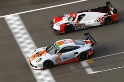 #86 Gulf Racing, Porsche 911 RSR: Michael Wainwright, Adam Carroll, Ben Barker; #44 Manor, Oreca 05