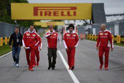 Sebastian Vettel, Ferrari camina el circuito con el equipo