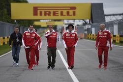 Sebastian Vettel, Ferrari, marche sur le circuit avec son équipe
