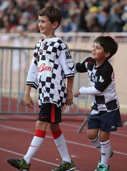 Felipinho Massa, fils de Felipe Massa, Williams, lors d'un match de football caritatif