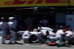 Esteban Gutierrez, Haas F1 Team VF-16 makes a pit stop
