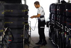 Un mécanicien McLaren avec les pneus Pirelli